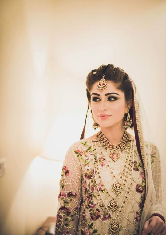 Pakistani brides are drop dead gorgeous... if you don't believe us, just look at the images below! And while our cultures are so similar, there are somedistinct differences in bridal styles. So it shouldn't come as a surprise that Indian brides have been getting inspired by their looks (a