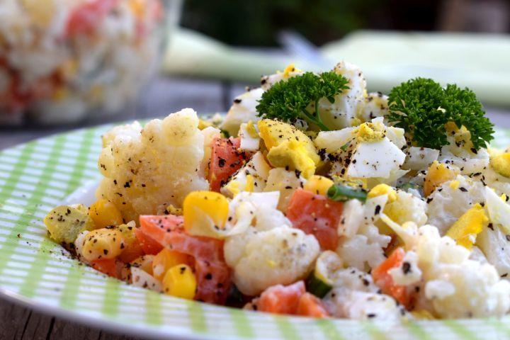 Tip na večeru bez výčitiek? Daj si chrumkavý karfiolový šalát.
