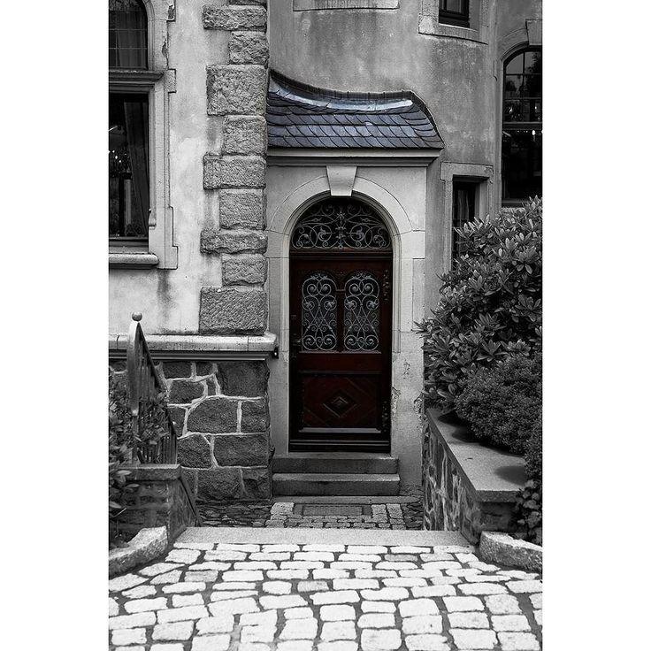 Wohin diese Tür wohl führt? #ig_mood #allnatureshots  #streetdreamsmag #global_hotshotz #worldplaces #germany #bestnatureshot #everything_imaginable  #nature #beautiful #exclusive_shot #nature_perfection #tremsbüttel #hamburg #schloss #fotocatchers #fotocatchersmember #castle #instamagazine_ #instanature #streetphotography #instanaturelover