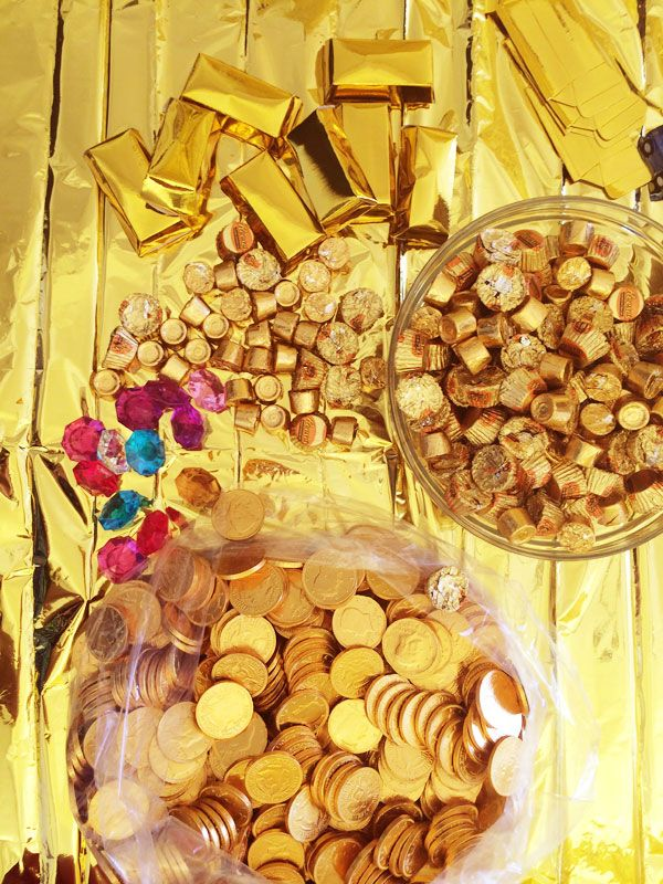 How to Throw a Gold Party