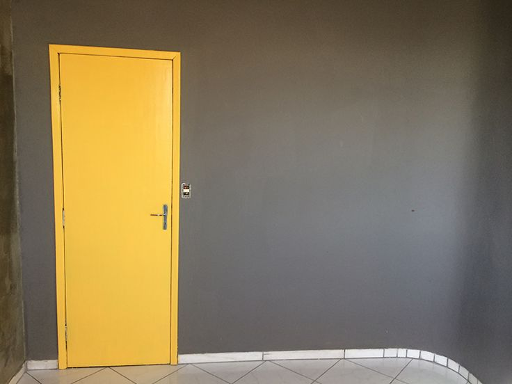 Esse post é curto, pá-pum! Só pra mostrar o andamento do projeto Home Office e mostrar o passo a passo de algo que muita gente, muita mesmo, tem dúvida: como pintar uma porta. Já aviso que pintar uma porta é tão simples quanto pintar qualquer outro móvel e o passo a passo é o mesmo.... Ler mais