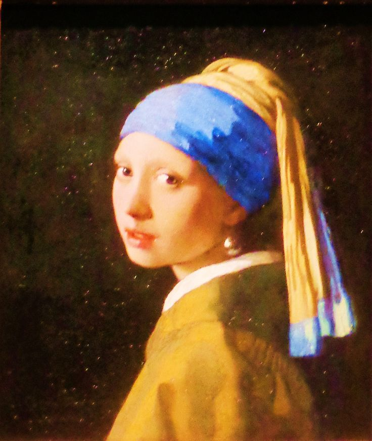 'Meisje met de parel' door Johannes Vermeer uit 1665. Dit is het beroemdste schilderij van Vermeer. Het is geen portret, maar een tronie: een fantasiekop. Tronies beelden een bepaald type of karakter uit, in dit gevel een meisje in exotische kledij met een oosterse tulband en een onwaarschijnlijk grote parel in het oor. Vermeer was de meester van het licht. Hier is dat te zien aan het zachte in haar meisjesgezicht en de glimlichtjes op haar vochtige lippen en aan de glanzende parel.