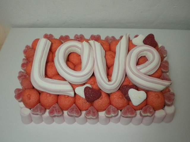 torta di caramelle #candy #cake #marshmallow #torta #love #amore #red  http://www.lemilleeunamella.it/