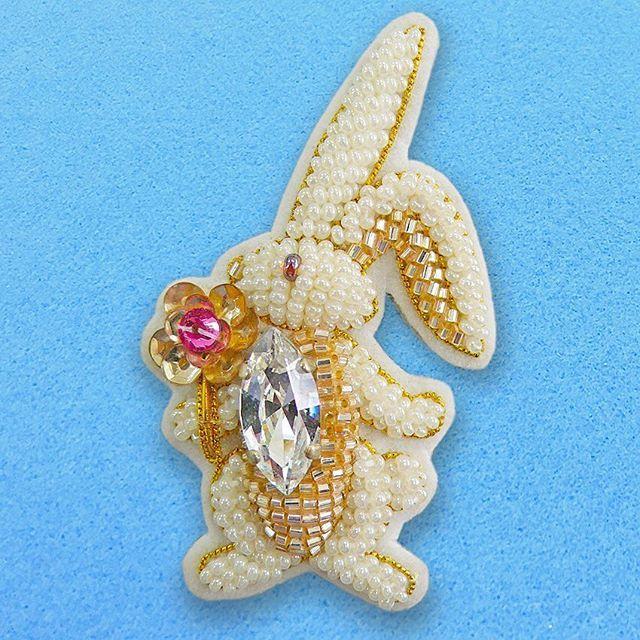 ウサギをモチーフにビーズ刺繍したブローチです。 #animal #rabbit #accessory #beads #bead #embroidery #sequin #swarovski  #art #school #lesson #cute #pretty #kawaii #fashion #style #刺繍教室 #ビジュー #お稽古 #スワロフスキー #スパンコール #アクセサリー #ハンドメイド #田川啓二 #KeijiTagawa