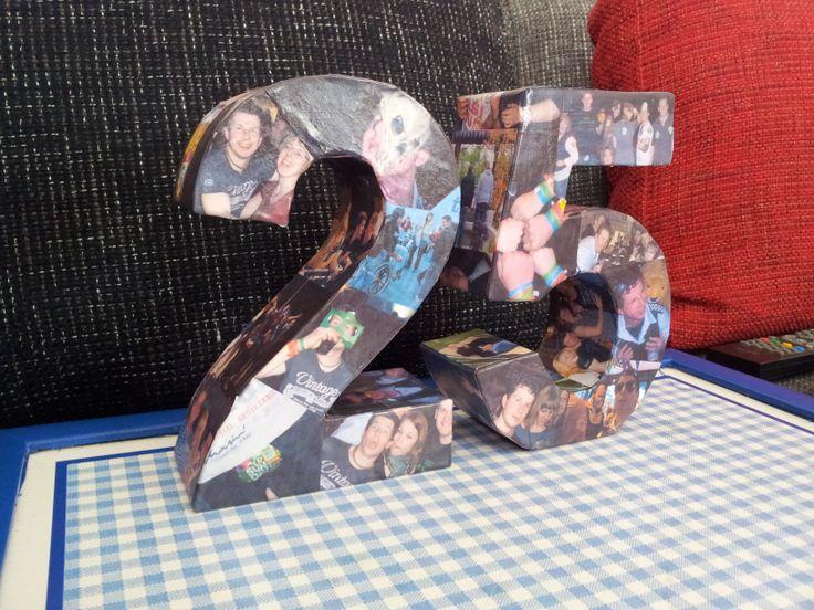 Verjaardagskado voor iemand die 25 wordt. Kartonnen letters gekocht en deze beplakt met foto's van de jarige.