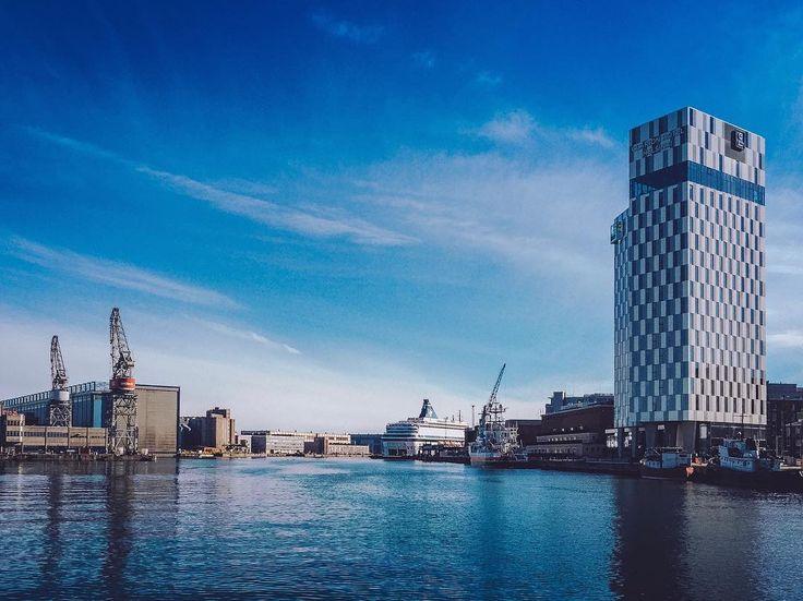 Это была очень короткая поездка  погода подвела ужасно. Один солнечный день а следом Хельсинки завалило снегом буквально за пару часов.  На фото справа новый красивый Clarion Hotel Helsinki . . . . . #instapassport #aroundtheworldpix #ig_masterpiece #campinassp #flashesofdelight #travelog #mytinyatlas #visualmobs #theglobewanderer #mkexplore #shotzdelight #rsa_streetview #vscoportrait #urbanandstreet #gearednomad #uncalculated #symmetricalmonsters #quietthechaos #thecreative #yngkillers…