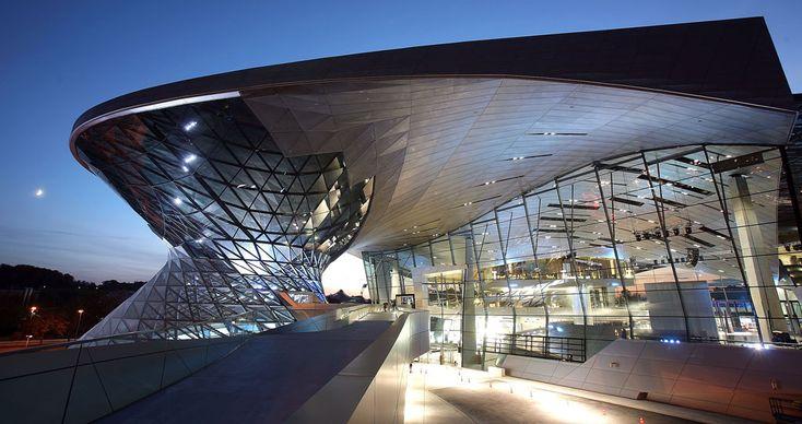 O edifício BMW World, após a cerimônia inaugural em 17 de outubro de 2007, em Munique, Alemanha. O BMW World é uma construção de arquitetura espetacular cujo prédio fica ao lado da sede da BMW, além de ser multifuncional, combinando entrega de carro, salão de exposições e museu (Johannes Simon/Getty Images)