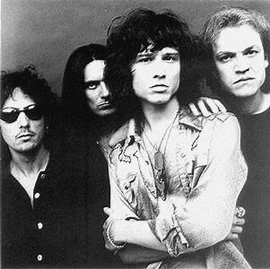 Heroes del Silencio es un grupo zaragozano de rock formado por Enrique Bunbury, Juan Valdivia y Joaquín Cardiel. Posteriormente se unió Pedro Andreu. Comenzaron su carrera en 1984 y acabaron en 1996. Enrique Bunbury sigió su carrera en solitario.