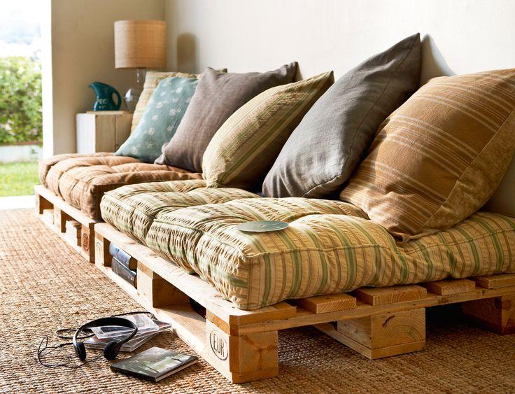 Sofá de palés con colchonetas y cojines de colores (00277493)