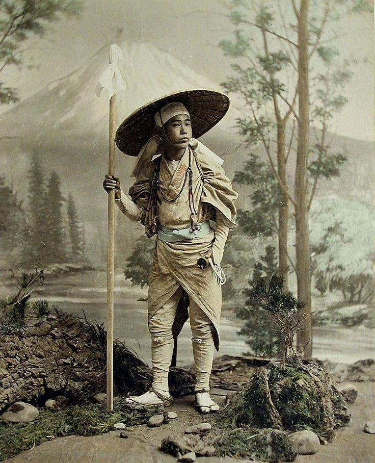 - Pilgrim going up Fujiyama, photographer Kimbei Kusakabe . 1860-1900 ./tcc/
