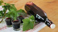 Cassis-Likör 500g schwarze Johannisbeeren einige Johannisbeerblätter 3/8 l trockener Rotwein 250g Zucker 175ml Alkohol (z.B. Korn oder Wodka)