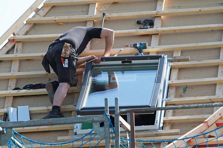 montaż okna dachowego przez dekarza