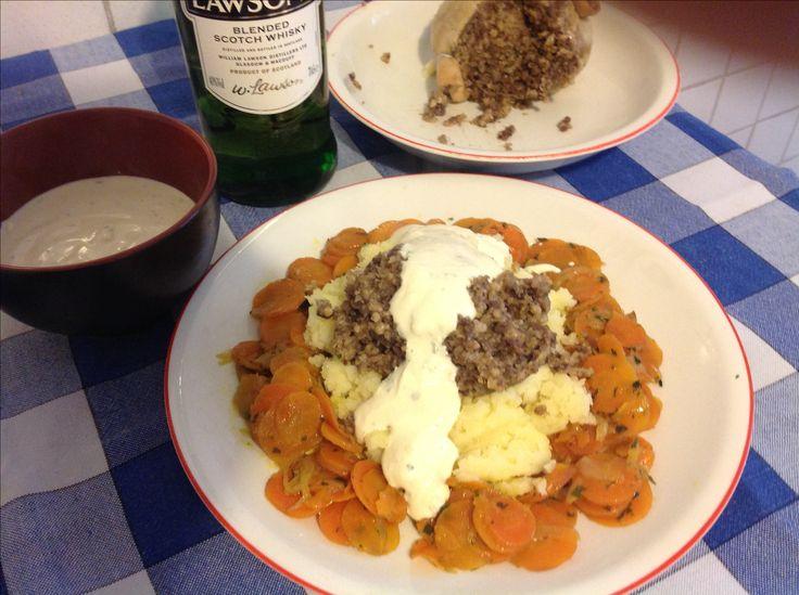 Lo haggis, piatto scozzese. Non avendo le rape, ho provato una ricetta di carote al whisky, e ho guarnito il tutto con una salsa al whisky, trovata qui: http://www.bbc.co.uk/food/recipes/haggisclapshotandwhi_92144