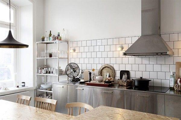 キッチンとつながったダイニングテーブル 正方形の白いタイル #キッチン