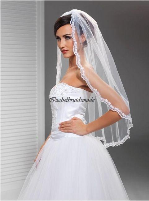Sierlijke bruid sluier van Italiaanse tule met kant afwerking. Lengte sluier is 90 cm. Verkrijgbaar in de kleur wit of ivoor.  -