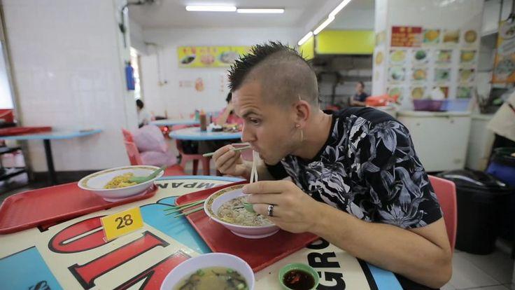 Dabiz Muñoz ha acudido a un restaurante con estrella Michelin de Singapur. En él ha querido probar el plato típico, que consistía en una sopa con tallarines. El secreto, según ha contado el Xef, es combinar la cuchara con los palillos. También se debe absorber la sopa ya que es cómo lo hacen los lugareños. Después de probar la mayoría de los platos, parece ser que al Xef no le ha convencido del todo el restaurante.