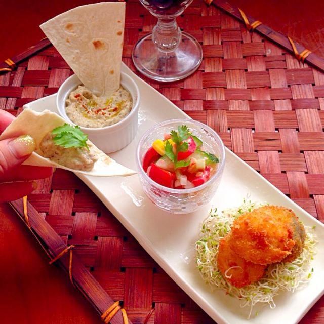 """大掃除にはのりx2R&B Club Masterおやつと気にかけた時に流れてた大好きな曲Night Over Egyptでピンと来てエジプト料理です(*´艸`)    焼きナスにターヒン(ゴマペースト)やニンニク・レモン汁を混ぜてペースト状にした中東地方のお料理(前菜)。 「お国のサラダ」又は「エジプト風サラダ」刻んだトマト、タマネギ、ピーマン、キュウリなど生野菜にドレッシングをかけたもの。 見た目がファラフェルっぽかったので(*≧艸≦)うずら卵のフライです❗️因みにエジプトでは、そら豆で作るものを「タアメイヤ(アラビア語: طعمية )」と呼ぶそうです。 - 57件のもぐもぐ - wait a moment☝""""ちょっとこれで待っててね مَزة<ババガヌーシュ・サラタ・バラディー(سلطة بلدي)・うずら卵のフライ> by Ami"""