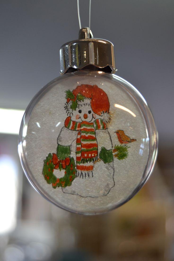 Kaunis joulukoriste syntyy, kun akryylipallon sisälle tehdään kutistemuovilla lumiukkokoriste. Ohjevideo löytyy Kirjokkaan Fb-sivuilta.