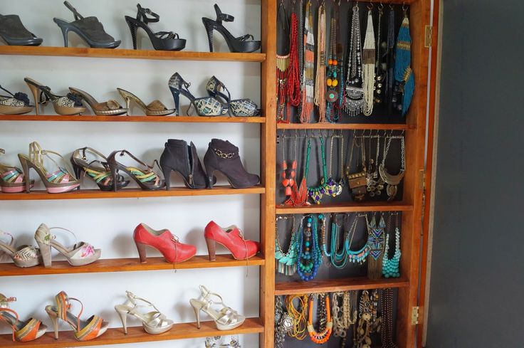 Nuevamente con el tema funcional, construimos un mueble que permite la ubicación de los zapatos en los estantes y la organización de los accesorios detrás de un amplio espejo que sirve de joyero. La madera en listones para elaborar los estantes, ganchos para colgar los collares y un marco para el espejo. http://decoracioncasarural.blogspot.com.co/ #vestidor #vestier #rural #artesanal #aire libre #reciclable #bajo costo #low cost #reutilizado #infografía