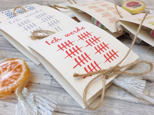 Jeder Gast freut sich über ein kleines Geschenk! Diese süßen Lollies sind schön verpackt und mit einer Kordel verziert.  Ich habe mehrere Farben im Angebot. Auf der Rückseite befindet sich ein...