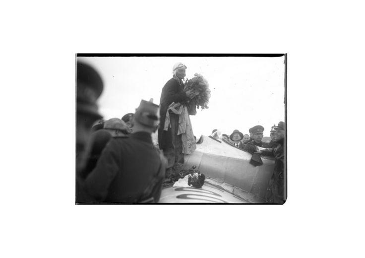 Weihnachten ganz alleine hoch über dem Äquator - was würden Sie tun? Elly Beinhorn zögerte keinen Augenblick. Die 23-jährige Pilotin zückte ein kleines Cognac-Fläschen, klopfte dreimal auf Holz, benetzte ihre Schläfen, ihre Nase mit dem hochprozentigen Tropfen - und schließlich auch die Kehle . Das Christfest 1931 begeht die junge Frau nicht mit ihrer Familie unterm Tannenbaum, sondern hoch in der Luft, direkt über den Null-Breitengrad zwischen Singapur und Sumatra, auf einem Alleinflug um…