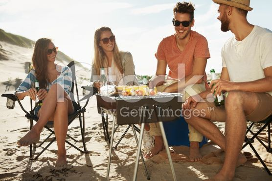 Enjoying a beach barbeque – lizenzfreie Stock-Fotografie