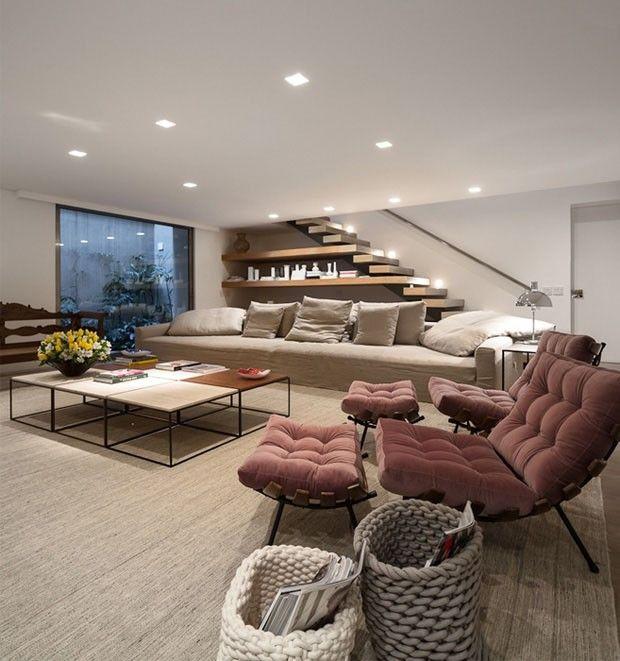 Assinado pelo Studio Arthur Casas, o projeto de interiores prima por tons mais neutros. As paredes brancas, o piso de madeira e os móveis claros ressaltam alguns elementos pontuais que imprimem cor aos ambientes.