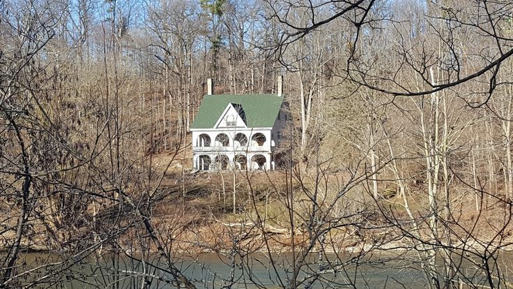 Abandoned mansion on the Thames river, London, Ontario, Canada[5312x2988] : AbandonedPorn