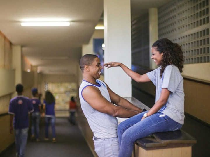 Casal faz ensaio pré-casamento no colégio onde se conheceu