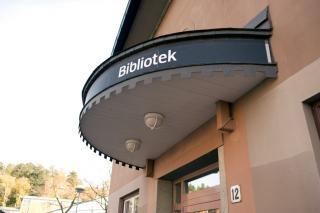 Spånga bibliotek ligger centralt i Spånga mitt emot pendeltågsstationen. I vårt läsrum hittar du ett antal läsplatser. Vi tar emot barngrupper från förskolor och skolor för visningar på onsdagsförmiddagar innan vi har öppnat. Ring i förväg och bok