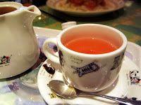 Chá com a casca de 1 abacaxi (pérola), 1 copo de suco de laranja, 1 pau de canela, 10 cravos. Preparo: Lave bem o abacaxi antes de descascar. Coloque as cascas numa panela e cubra com água. Ferva um pouco, tampe e deixe descansar de um dia para o outro. No dia seguinte, ferva novamente acrescentando o cravo e a canela. Desligue e junte o suco de laranja.http://cybercook.com.br/receita-de-cha-de-abacaxi-laranja-cravo-e-canela-r-9-27239.html