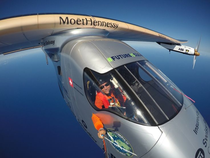 Güneş enerjisiyle çalışan Solar Impulse 2 uçağı, dünyanın çevresini dolaşmayı hedeflediği uzun yolculuğunda hiçbir sorunla karşılaşmadan Pasifik Okyanusu'nu geçmeyi başardı.