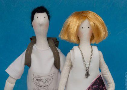 Купить или заказать Тильды портретные. Молодожены в интернет-магазине на Ярмарке Мастеров. Эта работа была сделана для молодой пары. Одежда и аксессуары, как всегда, восстановлены по фото. В руках у девочки альбом с рисунками и карандаш. Куклы расположены на деревянном основании. Портретная тильда очень хороша, как оригинальный подарок на любой случай…