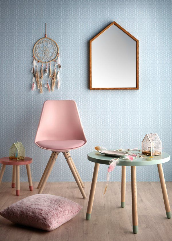 Un printemps-été aux couleurs pastel : Attrape-rêves Bohême, Miroir Woodi, Chaise Oslo, Tabouret Play, Coussin Ice, Photophore Sweetie, Table Play - Marie Claire Maison