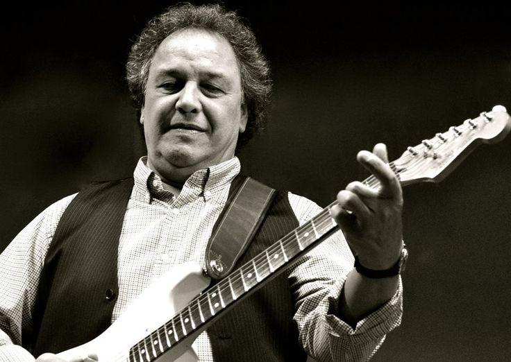 """Der englische Musiker Steve Simpson war über 30 Jahre mit Roger Chapman  & The Shortlist on tour und dort für Gitarre, Geige und Gesang zuständig. Jetzt ist er mit seiner aktuellen CD """" The Wrong Road Home"""" solo  unterwegs."""