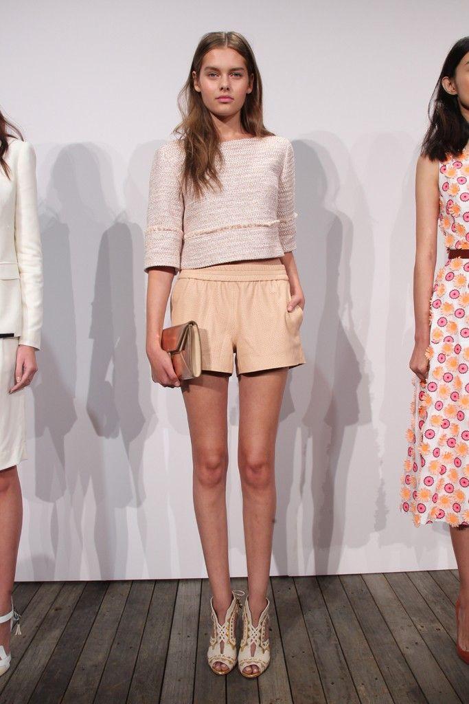 """Una """"look"""""""" per primavera: pantaloncini gialli e camicia corta e bianca dalla collezione di J.Crew  2014-- Carson"""