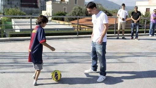 Brazilian Teen Without Feet Outplays Lionel Messi – VIDEO