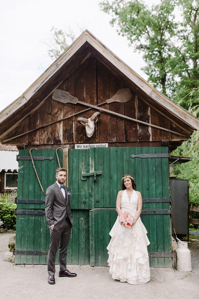 #bruidspaar #schuur #trouwfoto #bruiloft Trouwen in Duitsland: rustiek en bohemian | ThePerfectWedding.nl | Fotocredit: Youri Claessens Bruidsfotografie