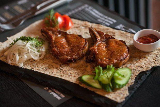 GyroGrill «Гирос» — это блюдо греческой кухни из курицы или свинины, напоминающее шаверму. Именно оно и является фирменным в небольшом кафе на углу Литейного и Некрасова. Меню в GyroGrill разрабатывал кипрский шеф-повар Аристотель Критаридис, работающий в афинском ресторане с мишленовской звездой Varaulko. АДРЕС: Литейный пр., 43