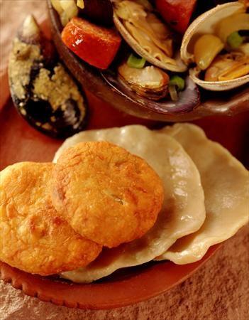Chapalele: masa a base de papas cocidas y harina de trigo, se cuece en el Curanto o se lo fríe en abundante manteca de chancho, un plato bien chilote #PlatosDeChile #ChileanDishes