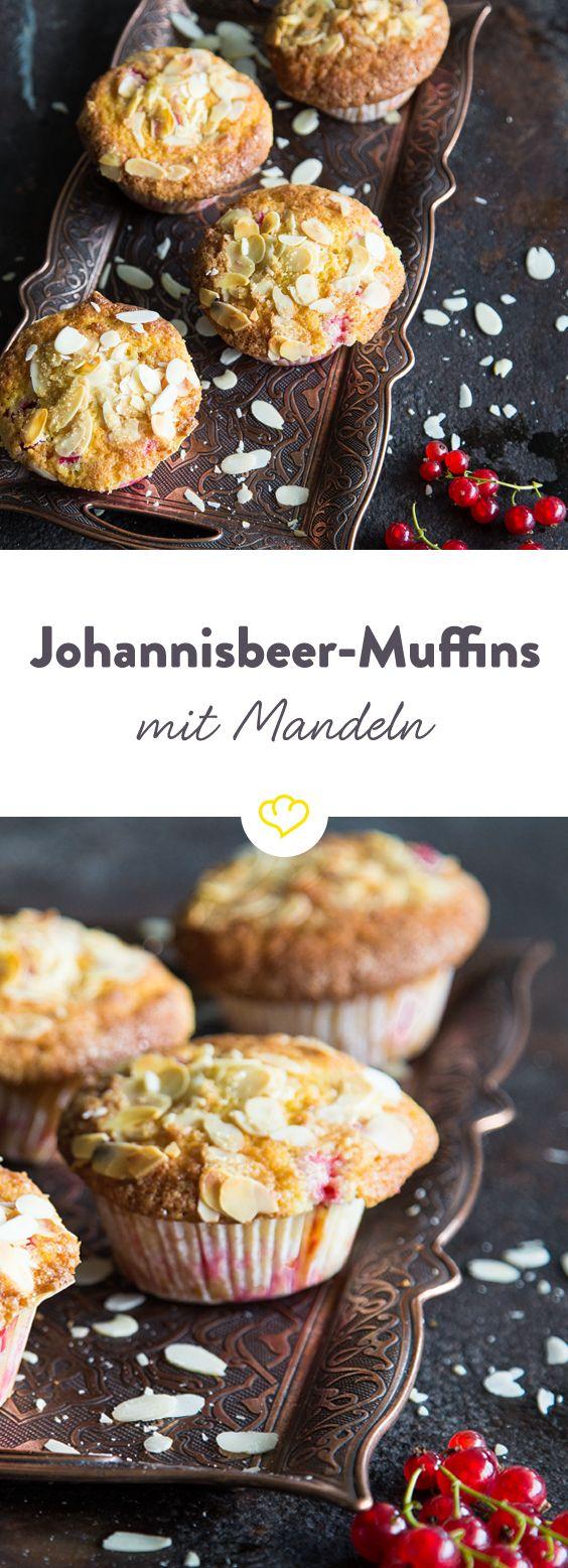 Die Kombination aus luftigem Teig, süßer Johannisbeerfüllung und knuspriger Mandelkruste ist einfach zu lecker – da kann niemand widerstehen.