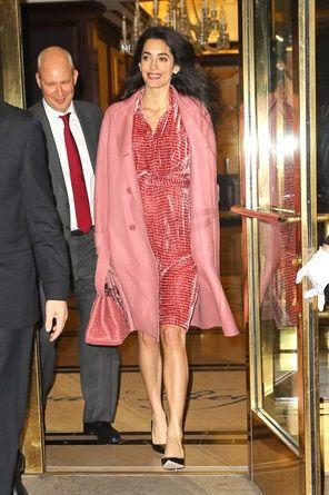Lo stile impeccabile della signora Clooney si conferma a prova di gravidanza. Lunghezze sopra al ginocchio, silhouette a trapezio e coordinati perfetti le regalano un'eleganza tutta nuova. Come in questi magnifici 7 outfit