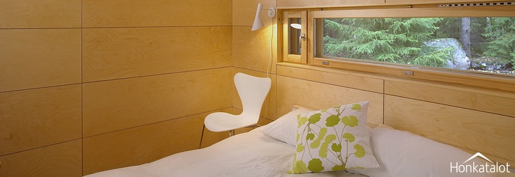 Paneelit ja ikkuna makuuhuoneessa