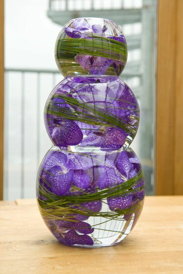 vase boule, une déco art avec orchidées pourpres