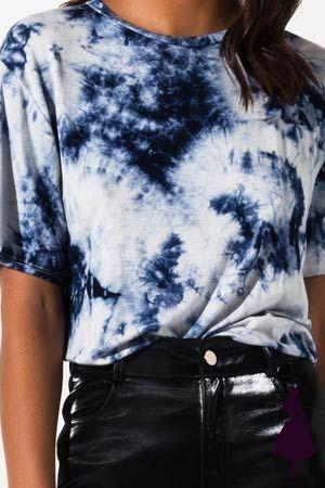 La gracia de este estilo de prendas es que son casuales y no tienen formas definidas. ¡Déjate fluir! How To Tie Dye, Tie And Dye, Diy Tie Dye Shirts, Tie Dye Tops, Tie Dye Fashion, T Shirt Fashion, 90s Fashion, Style Fashion, Bleach Tie Dye