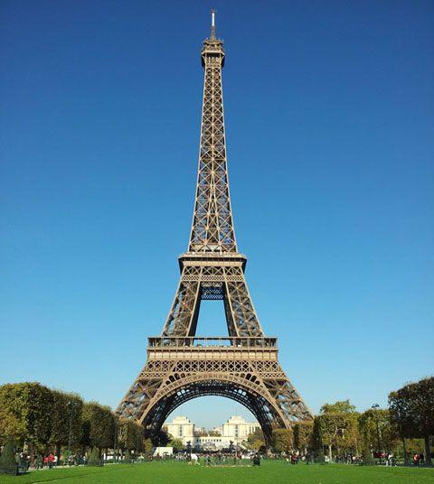 ブリタニカ国際大百科事典 小項目事典 - エッフェル塔の用語解説 - 1889年パリ万国博覧会のおりに建てられた鉄骨記念建造物。高さ 321m (送信アンテナを含む) ,設計は A.G.エッフェル。鉄骨のみを組立てたトラス構造によるこの建造物は,力学の解析に基づく合理的な形態,それを支える圧延鋼技術の完成など,...