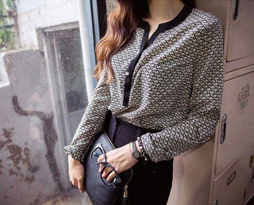 パールのボタンが女性らしい華やかさを加えるブラウスです。 エスニック調のユニークなパターンが上品な着こなしを演出します。 とろみのある素材感が作る、すとんとしたシルエットがナチュラルな雰囲気に★ ボタンラインのブラックカラーが引き締まった印象を与えます。 スカートでフェミニンに、スラックスパンツでシックに仕上げるのもGOOD◎ ◆2色:ベージュ/アイボリー