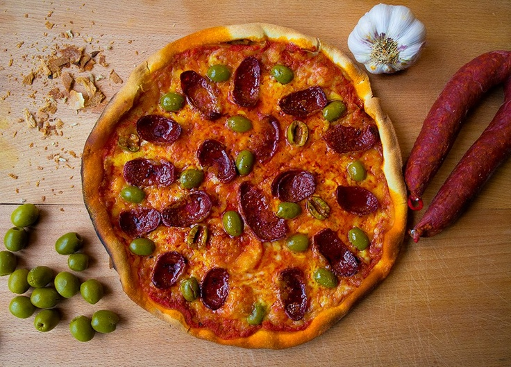 pizza BARCELONA   (spanish chorizo sausage, olives)