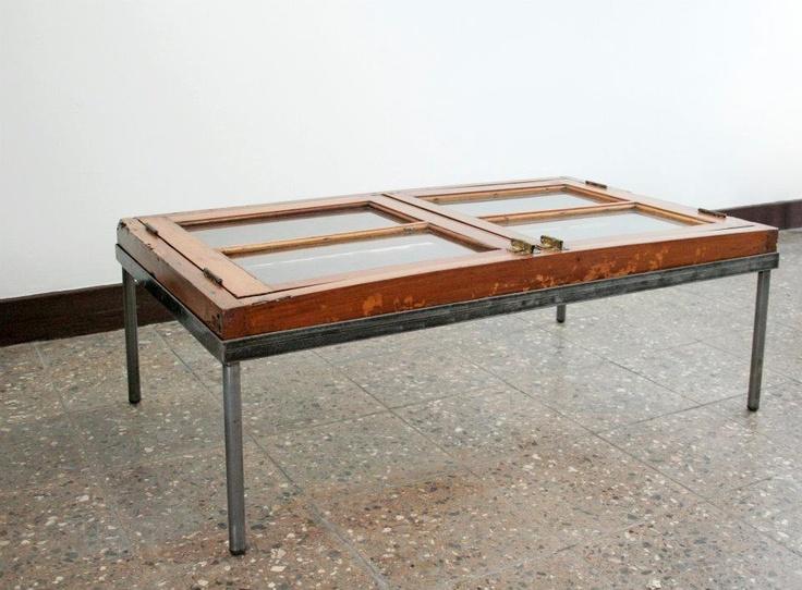Mesa hecha de ventana restaurada y base de fierro for Mesas de puertas antiguas