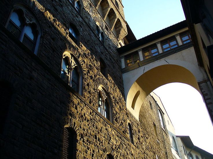 Il Corridoio Vasariano venne edificato per volere del granduca Cosimo I de' Medici nel 1565 dall'architetto Giorgio Vasari, che già aveva realizzato l'attuale Galleria degli Uffizi.